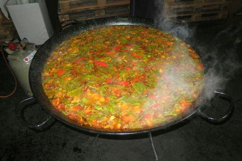 Leckere Gemüsepaella in einer großen Pfanne.