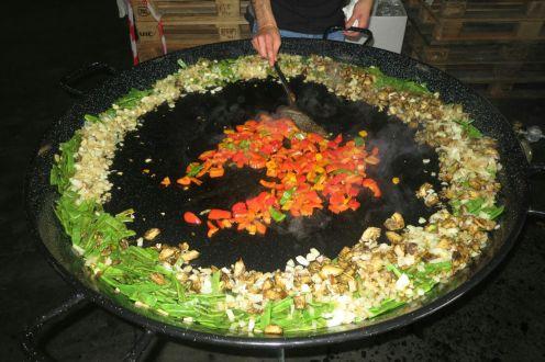 Das Gemüse wird zunächst in der Mitte angebraten.