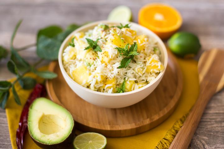 Fruchtiger Reissalat mit Avocado und Ananas