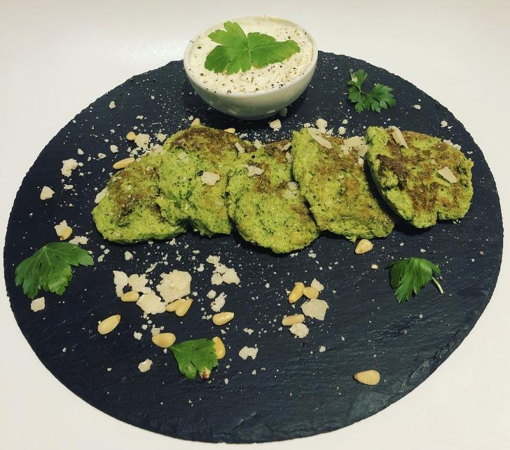 Brokkoli Taler mit Jogurt Dip