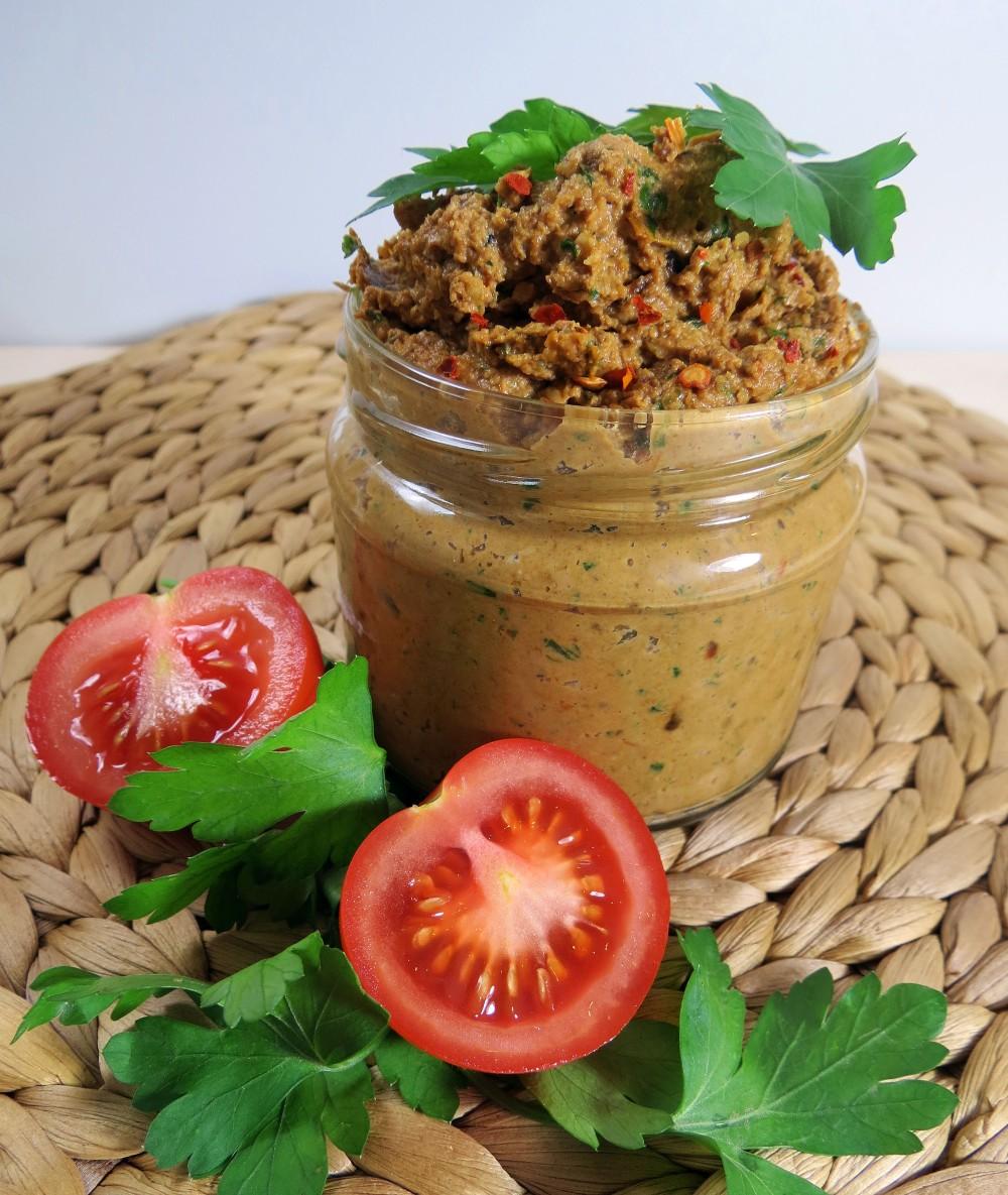 Walnuss-Pesto mit gegrillten Tomaten