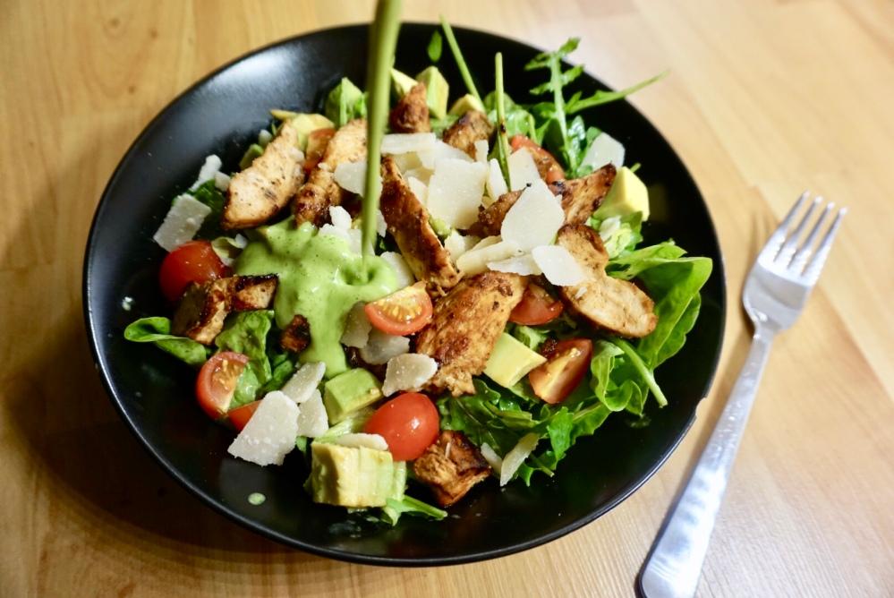 Bunter Salat mit cremigen Avocado-Dressing