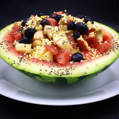 Beschwipster Obstsalat in Melonen-Schale